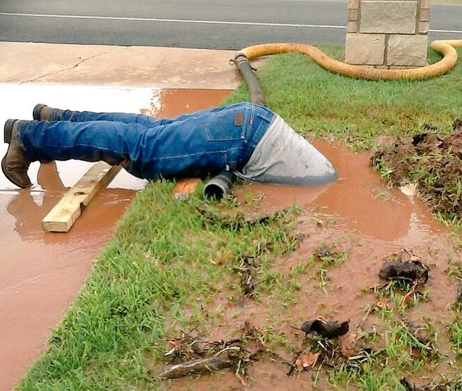<h6>A plumber dives into muddy bog to fix a pipe</h6>An American plumber is reported to have dived by keeping his head fully in a muddy bog as part of hi...